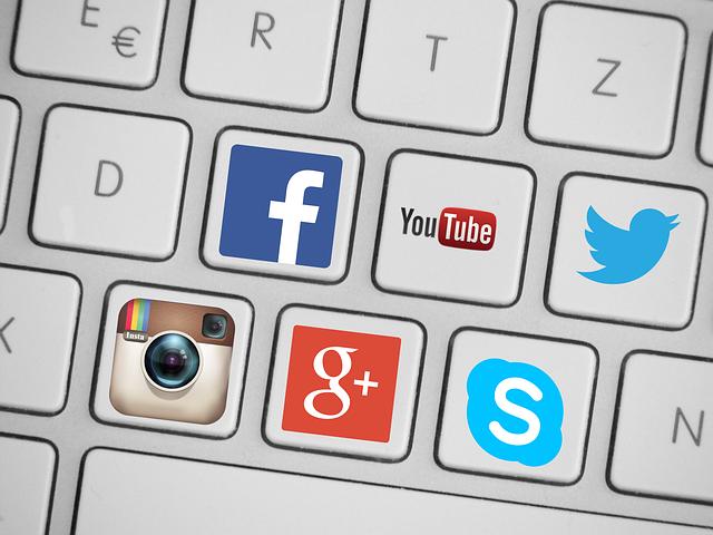 sociální média na klávesnici