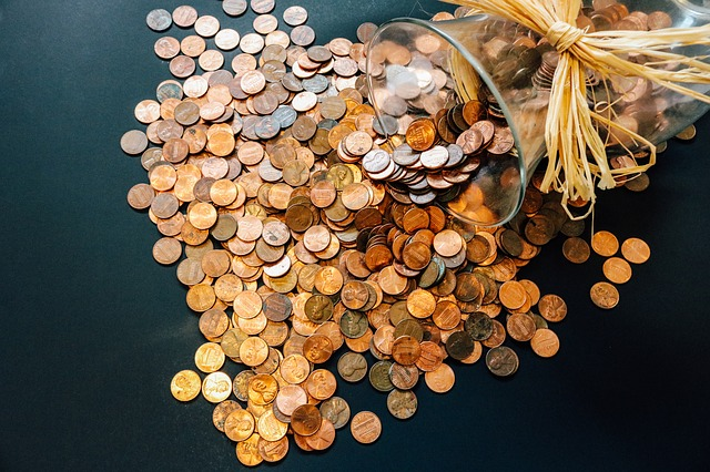 vysypané mince z vázy