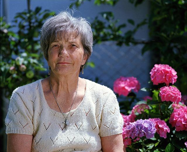 babička u květin