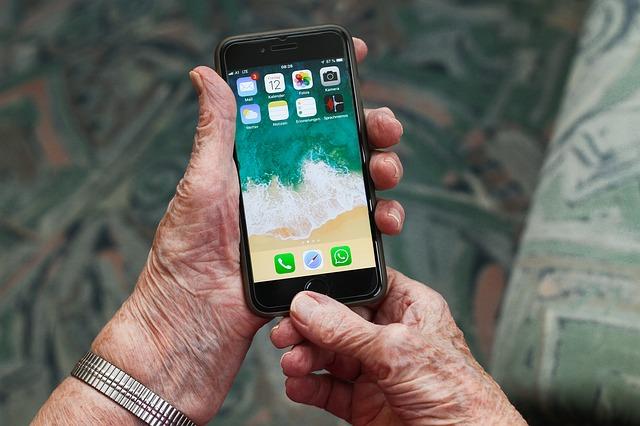 smartfone ve starých rukou