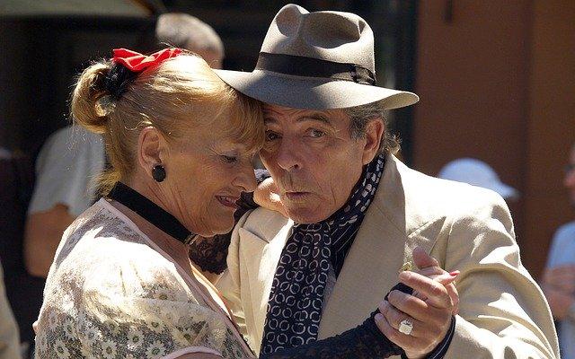 Tančící starší pár v detailu