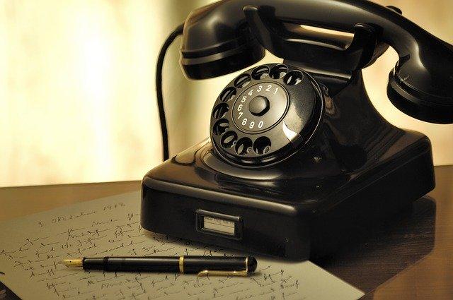 starý černý telefon